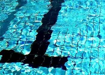 Dica para limpar o acúmulo de carbonato de cálcio no azulejo da piscina